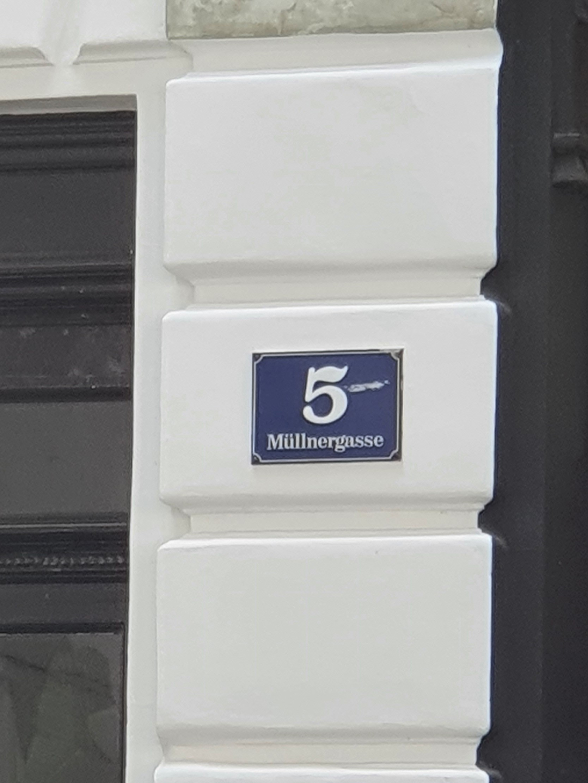 "street sign ""Müllnergasse 5"""